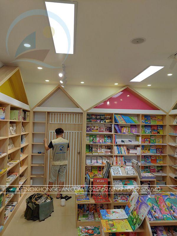 trang trí cửa hàng sách