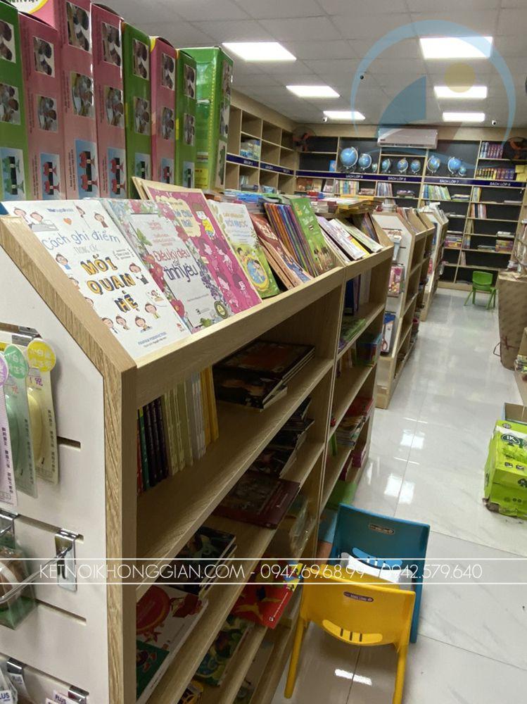 kệ sách cửa hàng