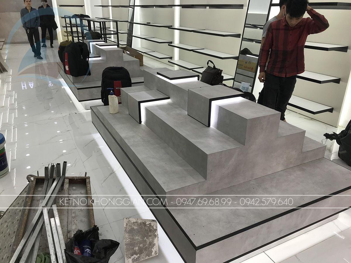 kệ trưng bày giày giữa nhà